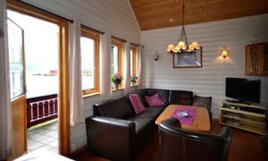 Stue med utgang til terrasse med hagemøbler og grill